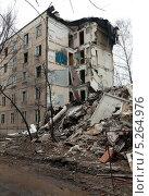 Купить «Снос пятиэтажного дома в Москве», фото № 5264976, снято 18 марта 2012 г. (c) Михаил Иванов / Фотобанк Лори