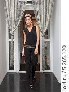 Купить «Стройная девушка в черном костюме с диадемой на голове входит в открытые двери», фото № 5265120, снято 25 августа 2013 г. (c) Игорь Долгов / Фотобанк Лори
