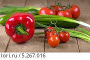 Свежие помидоры, огурцы и лук на деревянной поверхности. Стоковое фото, фотограф Anhelina Tarasenko / Фотобанк Лори