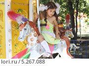 Купить «Милая маленькая девочка на карусели», фото № 5267088, снято 1 сентября 2010 г. (c) lanych / Фотобанк Лори