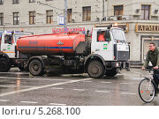 Поливочная машина на Тверской улице (2013 год). Редакционное фото, фотограф Алёшина Оксана / Фотобанк Лори