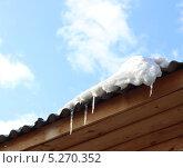 Сосульки свисают с крыши. Стоковое фото, фотограф Юлия Зориктуева / Фотобанк Лори