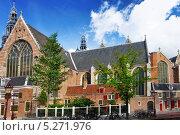 Церковь на набережной канала в Амстердаме. Нидерланды (2013 год). Стоковое фото, фотограф Vitas / Фотобанк Лори