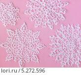 Белые бумажные снежинки на розовом фоне. Стоковое фото, фотограф Наталия Давидович / Фотобанк Лори