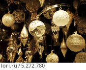 Елочные украшения в витрине магазина (2012 год). Редакционное фото, фотограф Наталия Давидович / Фотобанк Лори