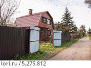 Купить «Дом на дачной улице», эксклюзивное фото № 5275812, снято 6 октября 2013 г. (c) Алёшина Оксана / Фотобанк Лори