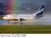 """Самолет """"Boeing B-737-500"""" авиакомпании Нордавиа в водяной пыли и радуге после посадки (2013 год). Редакционное фото, фотограф Александр Тарасенков / Фотобанк Лори"""