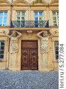 Купить «Декоративный портал с фигурами атлантов здания Отель-Маурель-де-Понтевс (Hotel Maurel de Ponteves, 1650 г.). Экс-ан-Прованс, Франция», фото № 5277084, снято 12 октября 2013 г. (c) Иван Марчук / Фотобанк Лори