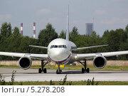 Боинг 767 выруливает на взлет. Редакционное фото, фотограф Олег Пластинин / Фотобанк Лори