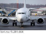 Боинг 737 авиакомпании UTair выруливает на взлет. Редакционное фото, фотограф Олег Пластинин / Фотобанк Лори