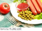 Купить «Сосиски с зеленым горошком, помидором и кетчупом», эксклюзивное фото № 5282220, снято 3 ноября 2013 г. (c) Яна Королёва / Фотобанк Лори