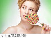 Купить «Красивая девушка с макияжем и маникюром цветов большого леденца, который она держит в руке», фото № 5285468, снято 14 ноября 2013 г. (c) Типляшина Евгения / Фотобанк Лори