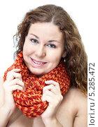 Купить «Красивая девушка в вязаном ярком шарфе», фото № 5285472, снято 17 ноября 2013 г. (c) Кекяляйнен Андрей / Фотобанк Лори