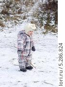 Купить «Малыш (1 год 2 месяца) гуляет по первому снегу», фото № 5286824, снято 20 ноября 2013 г. (c) ivolodina / Фотобанк Лори