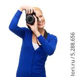 Купить «Красивая молодая женщина в синем свитере с цифровой фотокамерой на белом фоне», фото № 5288656, снято 17 октября 2013 г. (c) Syda Productions / Фотобанк Лори