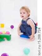 Купить «Маленькая девочка играет с пластиковыми кубиками», фото № 5288724, снято 24 октября 2013 г. (c) Asja Sirova / Фотобанк Лори