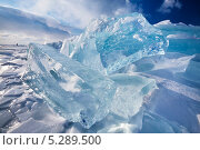 Купить «Вид на кристально чистые ледяные торосы посреди озера Байкал», фото № 5289500, снято 11 марта 2013 г. (c) Николай Винокуров / Фотобанк Лори