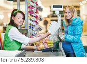 Купить «Кассир в супермаркете пробивает продукты покупателя», фото № 5289808, снято 24 сентября 2013 г. (c) Дмитрий Калиновский / Фотобанк Лори