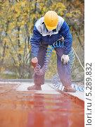 Купить «Строитель наносит покрытие на поверхность», фото № 5289832, снято 11 октября 2013 г. (c) Дмитрий Калиновский / Фотобанк Лори