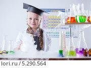 Улыбающаяся девочка в химической лаборатории проводит опыты. Стоковое фото, фотограф Гурьянов Андрей / Фотобанк Лори