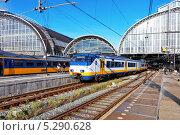 Купить «Современный быстрый пассажирский поезд на станции», фото № 5290628, снято 19 сентября 2013 г. (c) Vitas / Фотобанк Лори