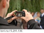 Человек фотографирует свадьбу (2013 год). Редакционное фото, фотограф Александр Батищев / Фотобанк Лори