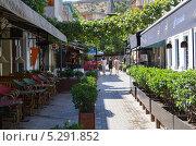 Купить «Пешеходная улица с кафе и ресторанами в центре Тбилиси. Грузия», фото № 5291852, снято 3 июля 2013 г. (c) Евгений Ткачёв / Фотобанк Лори