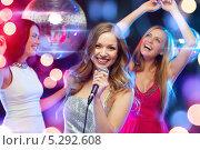 Купить «Красивые девушки отдыхают в ночном клубе под светом софитов», фото № 5292608, снято 20 октября 2013 г. (c) Syda Productions / Фотобанк Лори
