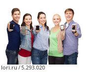 Купить «студенты демонстрируют свои смартфоны в камеру», фото № 5293020, снято 2 ноября 2013 г. (c) Syda Productions / Фотобанк Лори