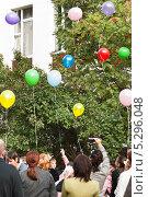 Купить «Выпуск шариков в небо», эксклюзивное фото № 5296048, снято 1 сентября 2012 г. (c) Алёшина Оксана / Фотобанк Лори