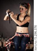 Купить «Женщина-инженер ремонтирует водопроводный кран», фото № 5296376, снято 16 ноября 2013 г. (c) Quadshock / Фотобанк Лори
