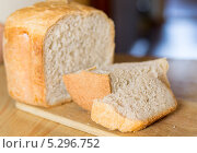 Купить «Домашний белый хлеб на разделочной доске», фото № 5296752, снято 11 августа 2013 г. (c) Максим Пименов / Фотобанк Лори