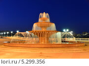 Купить «Ночной пейзаж с новым, современным фонтаном , город курорт Геленджик», фото № 5299356, снято 23 ноября 2013 г. (c) Игорь Архипов / Фотобанк Лори
