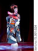 """Купить «Мао Аска  танцует традиционный японский танец Нихон-буё на фестивале японской современной культуры J-Fest в гостинице """"Космос"""", Москва», фото № 5301024, снято 23 ноября 2013 г. (c) Николай Винокуров / Фотобанк Лори"""