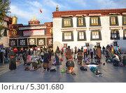 Тибет, Лхаса, буддисты совершают простирания (молятся) перед первым буддистским храмом в Тибете Джоканг (2013 год). Редакционное фото, фотограф Овчинникова Ирина / Фотобанк Лори