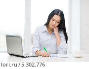 Купить «Привлекательная молодая женщина работает в современном офисе», фото № 5302776, снято 6 ноября 2013 г. (c) Syda Productions / Фотобанк Лори