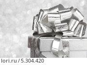 Купить «Серебряный бант на рождественском подарке крупным планом», фото № 5304420, снято 15 октября 2013 г. (c) Иван Михайлов / Фотобанк Лори