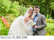 Купить «Счастливые жених и невеста на прогулке», эксклюзивное фото № 5305596, снято 8 сентября 2013 г. (c) Игорь Низов / Фотобанк Лори