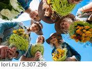Купить «Невеста и подружки с букетами в руках на фоне неба», эксклюзивное фото № 5307296, снято 8 сентября 2013 г. (c) Игорь Низов / Фотобанк Лори
