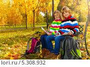 Школьники с рюкзаками сидят на лавке в осеннем парке и рисуют. Стоковое фото, фотограф Сергей Новиков / Фотобанк Лори