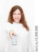 Купить «Девушка вытянутой рукой и с телевизионным пультом на белом фоне», фото № 5309900, снято 17 ноября 2013 г. (c) Кекяляйнен Андрей / Фотобанк Лори