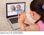 Купить «девушка общается с родителя по видеосвязи», фото № 5310092, снято 10 августа 2013 г. (c) Андрей Попов / Фотобанк Лори