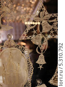 Купить «Рождественское кружево на витрине», фото № 5310792, снято 19 декабря 2012 г. (c) Мария Николаева / Фотобанк Лори