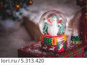Снеговик в стеклянном шаре. Стоковое фото, фотограф Артём Ласьков / Фотобанк Лори