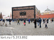 Купить «Скандальный павильон-чемодан Louis Vuitton на Красной площади», эксклюзивное фото № 5313892, снято 27 ноября 2013 г. (c) Алёшина Оксана / Фотобанк Лори