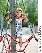 Ребенок на детской игровой площадке. Стоковое фото, фотограф Яков Филимонов / Фотобанк Лори