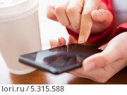 женские руки набирают номер на телефоне. Стоковое фото, фотограф Андрей Попов / Фотобанк Лори