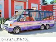 Купить «Микроавтобус Volkswagen», эксклюзивное фото № 5316100, снято 2 мая 2013 г. (c) Юрий Морозов / Фотобанк Лори
