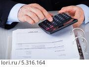 Купить «мужские руки что-то считают на калькуляторе», фото № 5316164, снято 21 июля 2013 г. (c) Андрей Попов / Фотобанк Лори