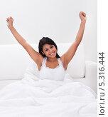 Купить «довольная девушка просыпается утром в постели», фото № 5316444, снято 6 апреля 2013 г. (c) Андрей Попов / Фотобанк Лори